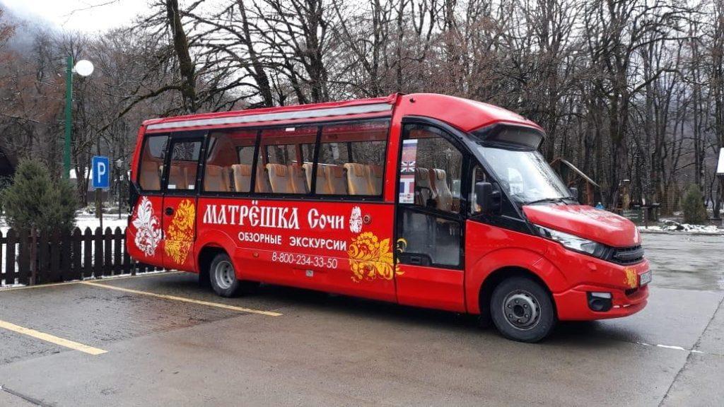 Автобус Матрёшка в Агурском ущелье